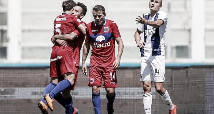 Ortíz abraza a Menossi, junto a Montillo. Tigre se está acostumbrado a ganar y jugar como la situación amerita (Foto: Olé).