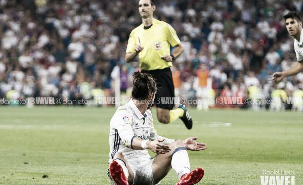 De Burgos Bengoetxea negando una acción a Bale | Fotografía: Daniel Nieto
