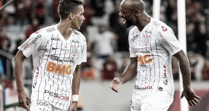 Corinthians volta a apresentar problemas, porém vence Athetico fora de casa