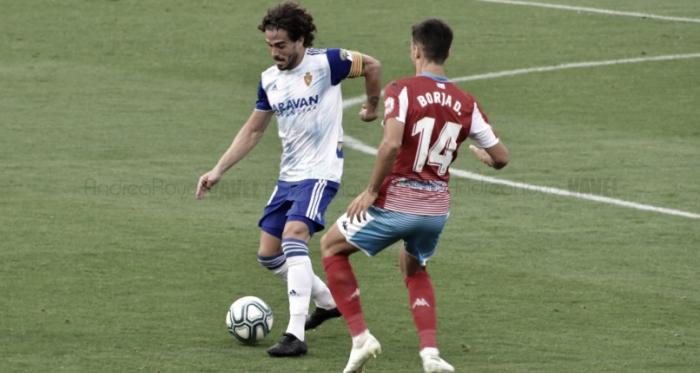 Javi Ros protegiendo el balón en el encuentro frente al Lugo/ Fto: Andrea Royo VAVEL