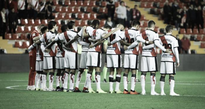 Jugadores del Rayo Vallecano guardando un minuto de silencio   Fotografía: Ricardo Grande (VAVEL)