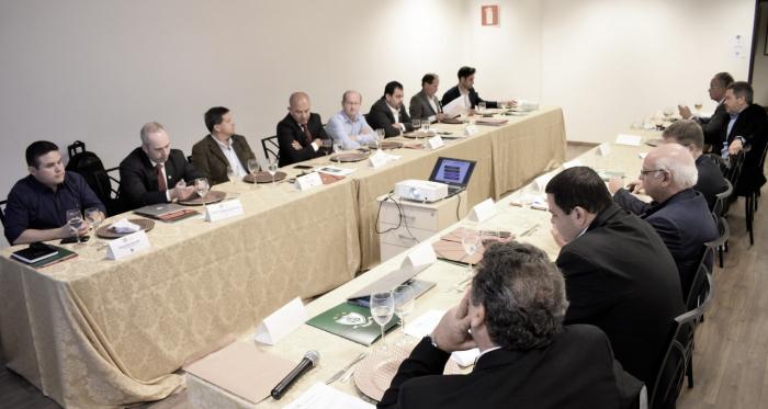 Reunião entre representantes dos clubes da Primeira Liga, na Sede Administrativa do América-MG (Foto: Daniel Hott / América)