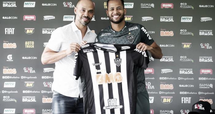 Geuvânio ao lado de Marques, diretor de futebol do Galo (Foto: Bruno Cantini / Atlético)