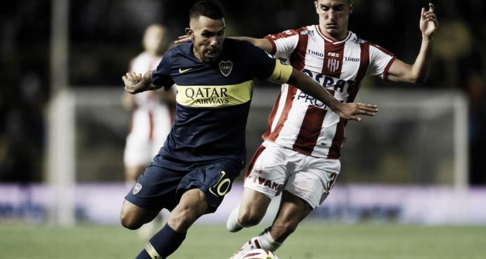 Tévez enganchando ante la presión de Pittón. Foto: Twitter oficial de Boca Juniors.
