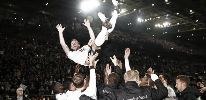 Lukas Podolski acarinhado pelos colegas de equipa (Foto: Reuters)