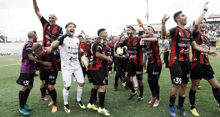Patronato festejando con su gente luego de la victoria ante Defensa y Justicia. Foto: Club Atlético Patronato.