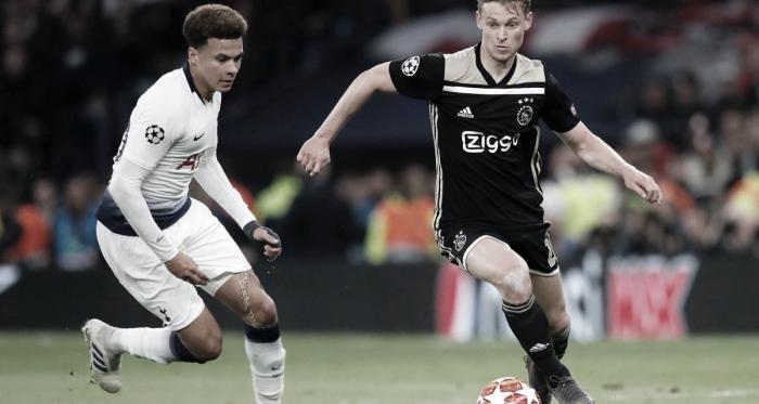De Jong ante Dele Alli / Foto: Twitter oficial Ajax