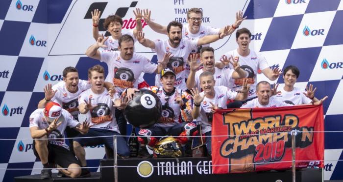 Marc Márquez y su equipo en el podio de Buriram/ Foto: HRC MotoGP