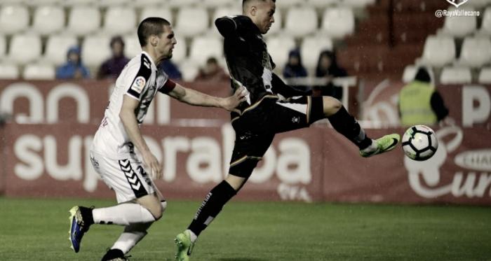 Raúl de Tomás golpeando un balón | Fotografía: Rayo Vallecano S.A.D.