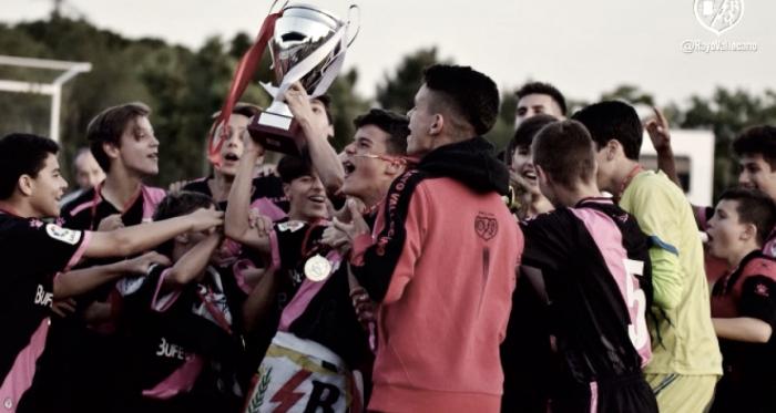 Jugadores del Infantil A levantando el trofeo | Fotografía: Rayo Vallecano S.A.D.
