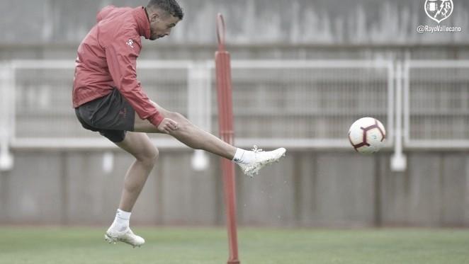 Franco Di Santo golpeando el esférico | Fotografía: Rayo Vallecano S.A.D.
