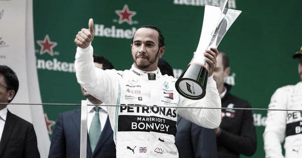 Hamilton festejando con el trofeo | Foto: Fórmula 1
