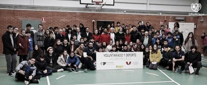 Varios componentes del Rayo Vallecano posando con integrantes del colegio Trabenco-Pozo. Foto: Rayo Vallecano S.A.D.