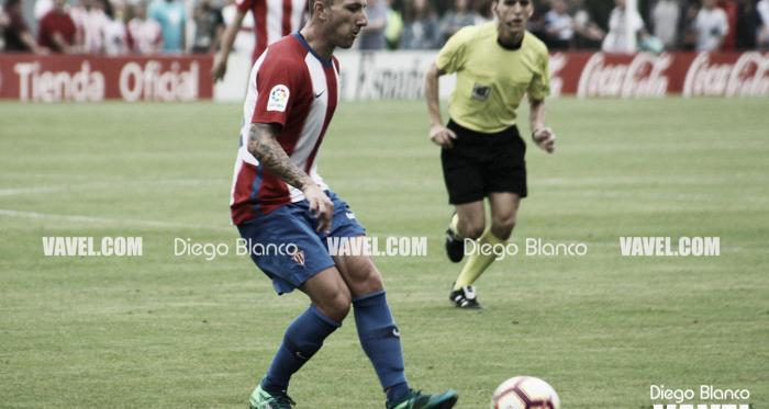 Andre Sousa golpea a un balón durante un partido de pretemporada   Imagen: Diego Blanco - VAVEL