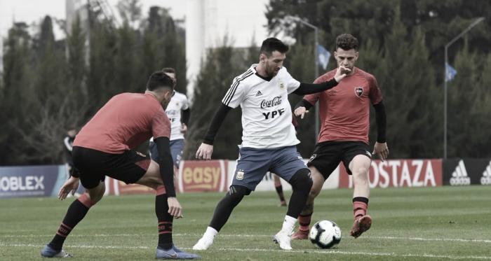 Leo Messi tuvo la posibilidad de enfrentar por primera vez a la Lepra, aunque sea de informalmente (Foto: Prensa AFA)