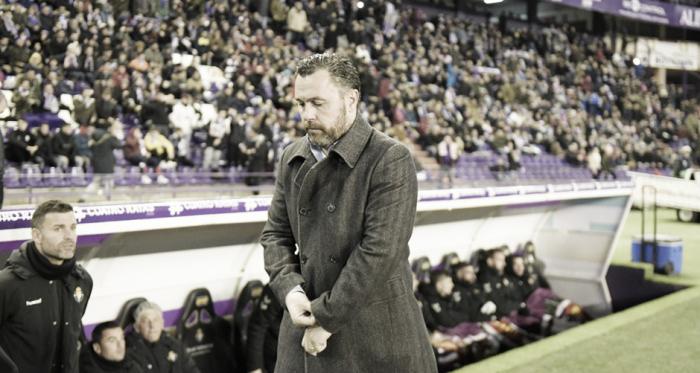 Sergio González en zona de banquillos // Foto: Real Valladolid