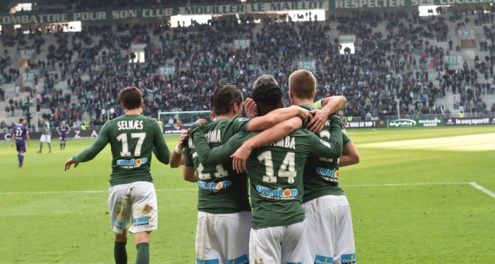 Jonathan Bamba, Romain Hamouma, Ole Selnaes et Loïc Perrin venant féliciter Robert Beric après l'ouverture du score (Source : ASSE)