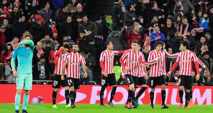 FOTO: 101greatsgoals.com// Los jugadores de Athletic celebrando un gol ante Barcelona con Lionel Messi a un costado de los protagonistas.