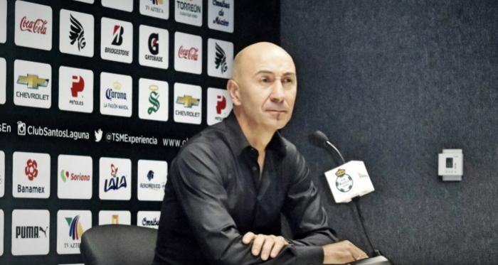 Pako Ayestarán declarando tras un partido como técnico de Santos | Foto: Lanetafutbolera.com