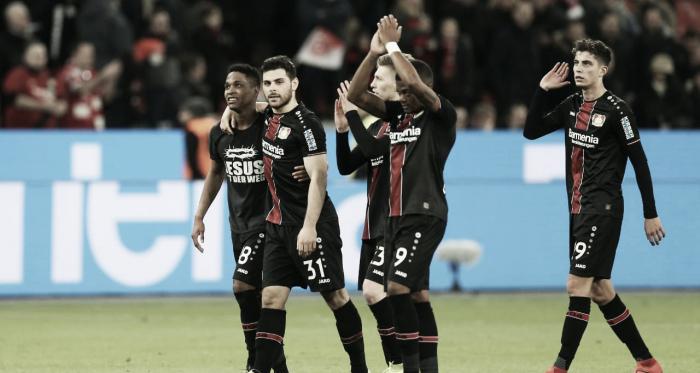 Jogadores do Bayer saudando sua torcida depois da vitória sobre o Düsseldorf (Foto: Bayer Leverkusen)