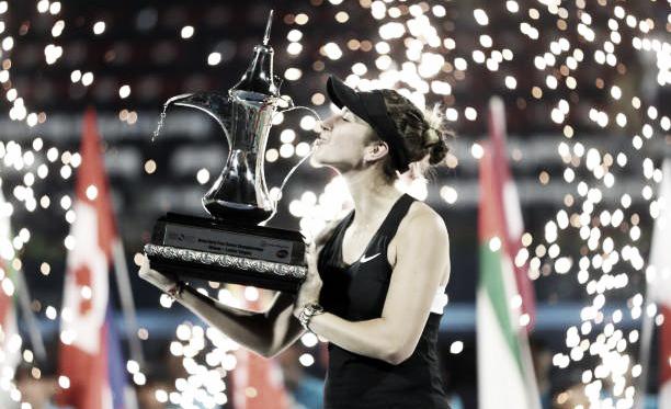 Belinda Bencic besa el trofeo que la acredita como campeona del WTA Premier 5 de Dubai. Foto: gettyimages.es