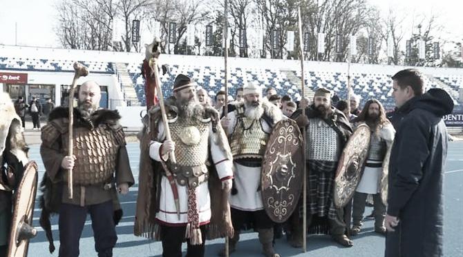Vestidos de bárbaros, homens entram no CT do Poli Iase (Foto: Poli Iasi)