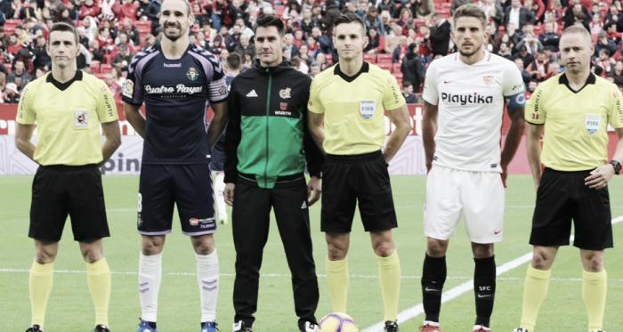 """Borja Fernández junto a los árbitros y<div class=""""FxvUNb kno-ecr-pt kno-fb-ctx"""">Daniel Carriço en el encuentro ante el Sevilla   Real Valladolid</div>"""