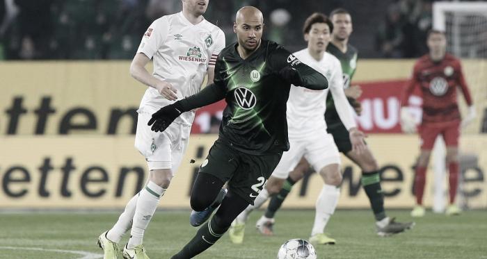 Klaassen y Brooks pugnan por el balón / Fotografía: @VfL_Wolfsburg