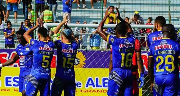 Delfín S.C celebrando con su hinchada y agradeciendo a la misma por el apoyo brindado en lo que va de la Copa Banco del Pacífico. Foto via twitter.com/DelfinSC