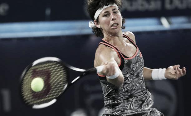 Carla Suárez golpea una derecha durante un encuentro en el torneo de Dubai. Foto: gettyimages.es