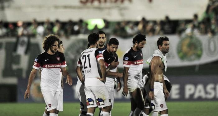 Los jugadores del 'Ciclón' golpeados tras el pitazo final | Foto: Olé