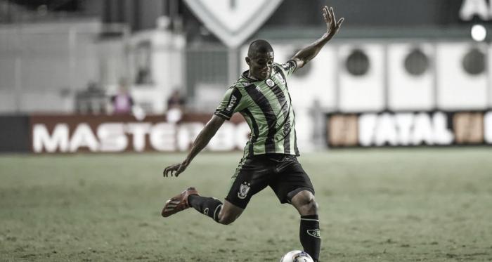 Caso cumpra o contrato, Juninho poderá alcançar 200 partidas pelo Coelho ao término do ano de 2020 (Foto: Daniel Hott / América-MG)