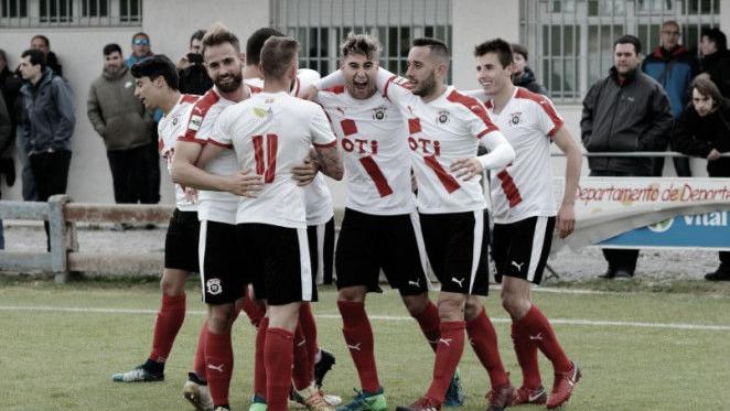 Los futbolistas del CD Vitoria celebran un gol (FOTO:// WEB SD EIBAR)