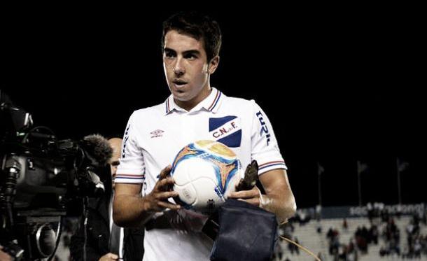 Carlos de Pena, con el balón del partido y el premio del mejor jugador del encuentro. Foto: Nacional.