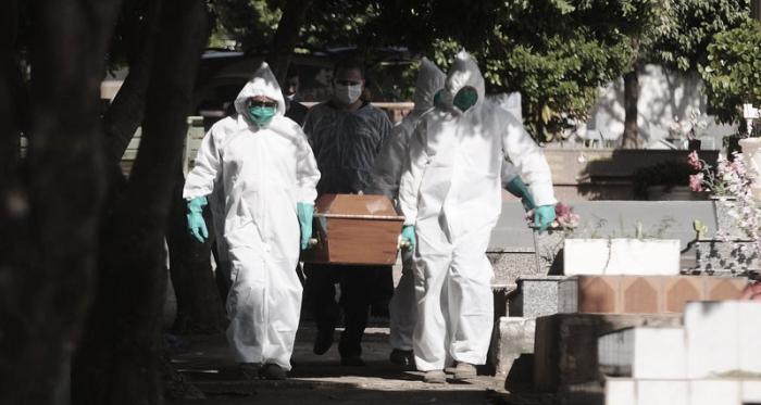 Covid-19 no Brasil: testagem de quatro vacinas junto a retorno do futebol e flexibilizações