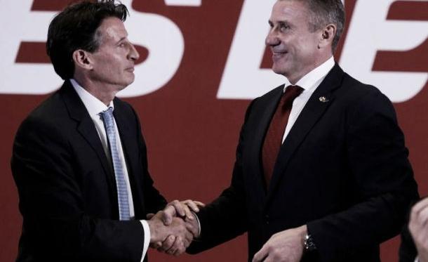 Sebastian Coe (à gauche), nouveau président de l'IAAF, salue son adversaire Sergueï Bubka (à droite) [AFP]
