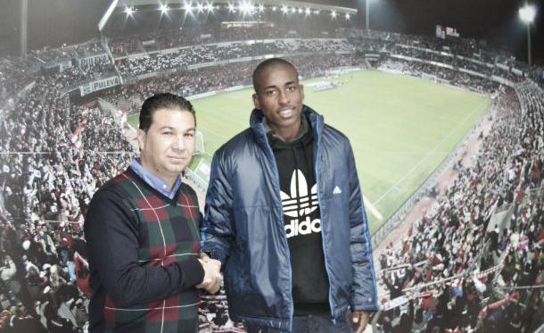 El director deportivo del Granada CF, Juan Carlos Cordero, junto al delantero Denilson. (Foto: Granada CF).