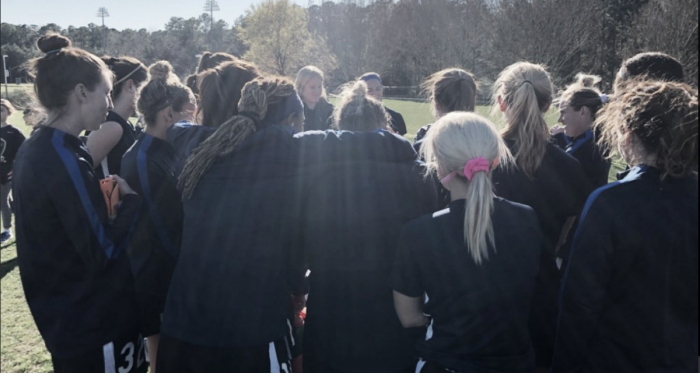 The Courage players huddle up at their third preseason game of 2018. | Photo: @thenccourage
