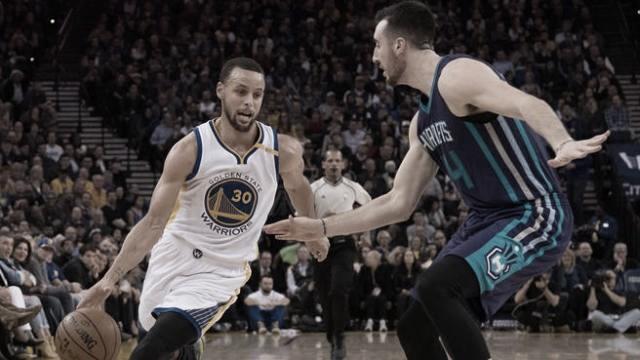 Steph Curry intenta incursionar hacia el aro ante la atenta mirada de Frank Kaminsky. Foto: NBC Sports