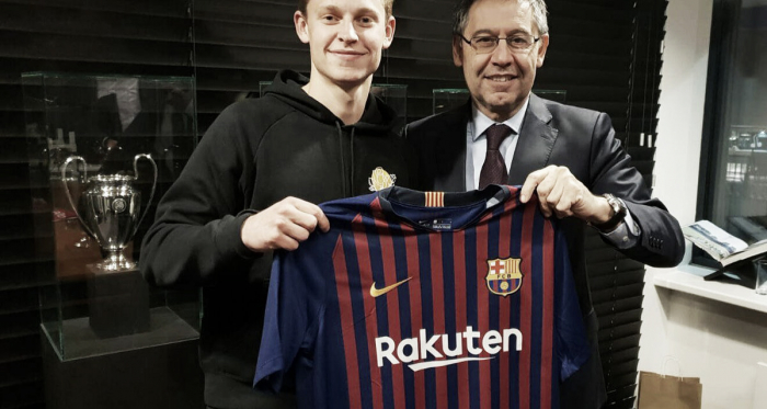 De Jong con la camiseta del Barcelona junto a Bartomeu | Foto: FCB