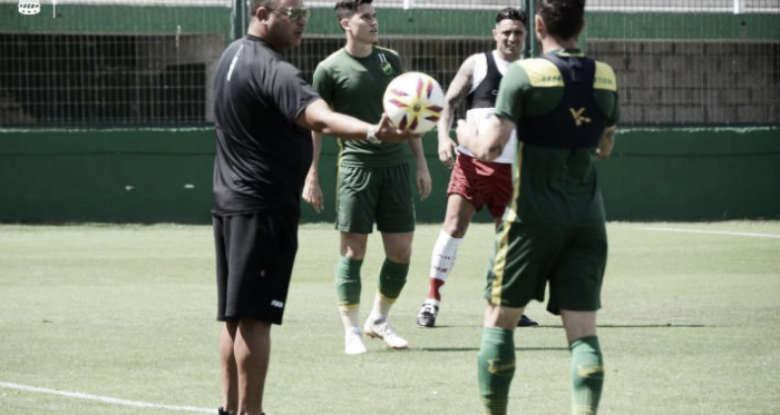 Antonio Mohamed pasa la pelota. Foto: Club Huracán.