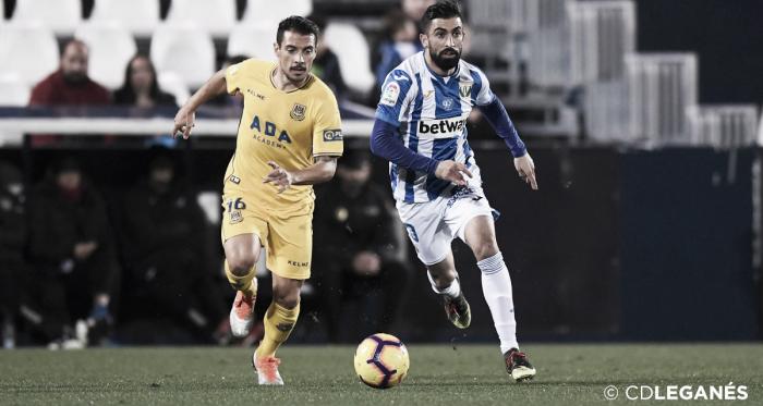 Bellvís y Santos disputando un balón durante el partido. Foto: @CDLeganes