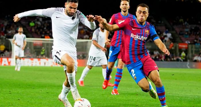 La mejoría del Granada CF no sirve para llevarse la victoria del Camp Nou