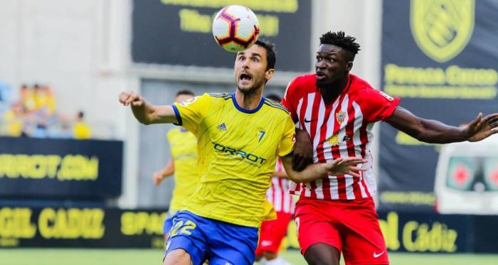 Kevojevic vigila un balón ante un jugador rival.<div>Fotografía: LaLiga</div>