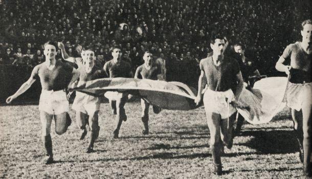 Sale el equipo al campo de juego en Portugal (Foto: Prensa San Lorenzo)