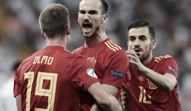 Ceballos, Fabián y Dani Olmo celebran un gol en el Europeo. / Foto: @UEFAcom_es