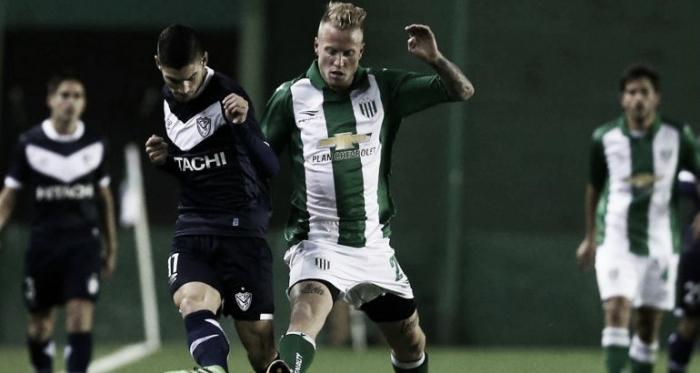Lautarro Gianetti (Vélez) y Thomas Rodríguez (Banfield) se disputan la pelota | Foto: Infobae