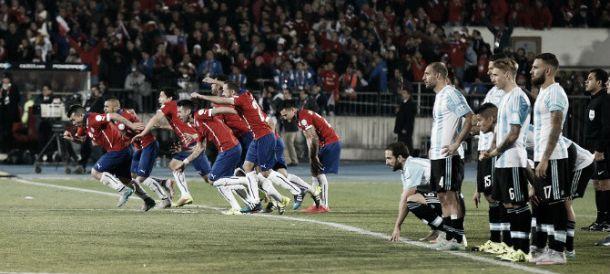 El penal de Alexis ya entró. Chile comienza la carrera al festejo, mientras los jugadores argentinos sufren. (Foto: El Gráfico)