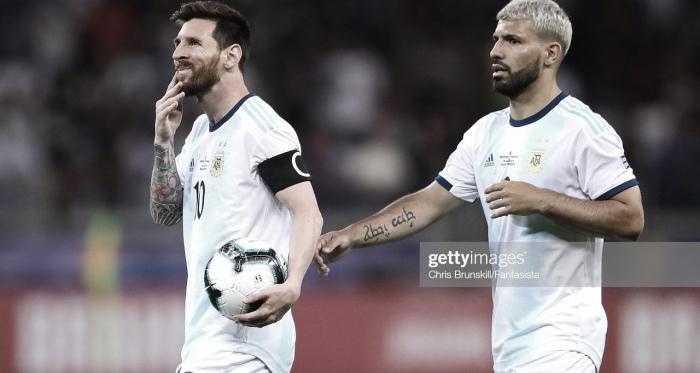 AMIGOS DENTRO Y FUERA DE LA CANCHA. Así se lo describen a Messi y Agüero son íntimos amigos. Foto: Getty images