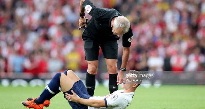 <div>LONDON, ENGLAND - SEPTEMBER 01: Referee Martin Atkinson with Giovani Lo Celso of Tottenham Hotspur during the Premier League match between Arsenal FC and Tottenham Hotspur at Emirates Stadium on September 1, 2019 in London, United Kingdom. (Photo by Marc Atkins/Getty Images)</div>